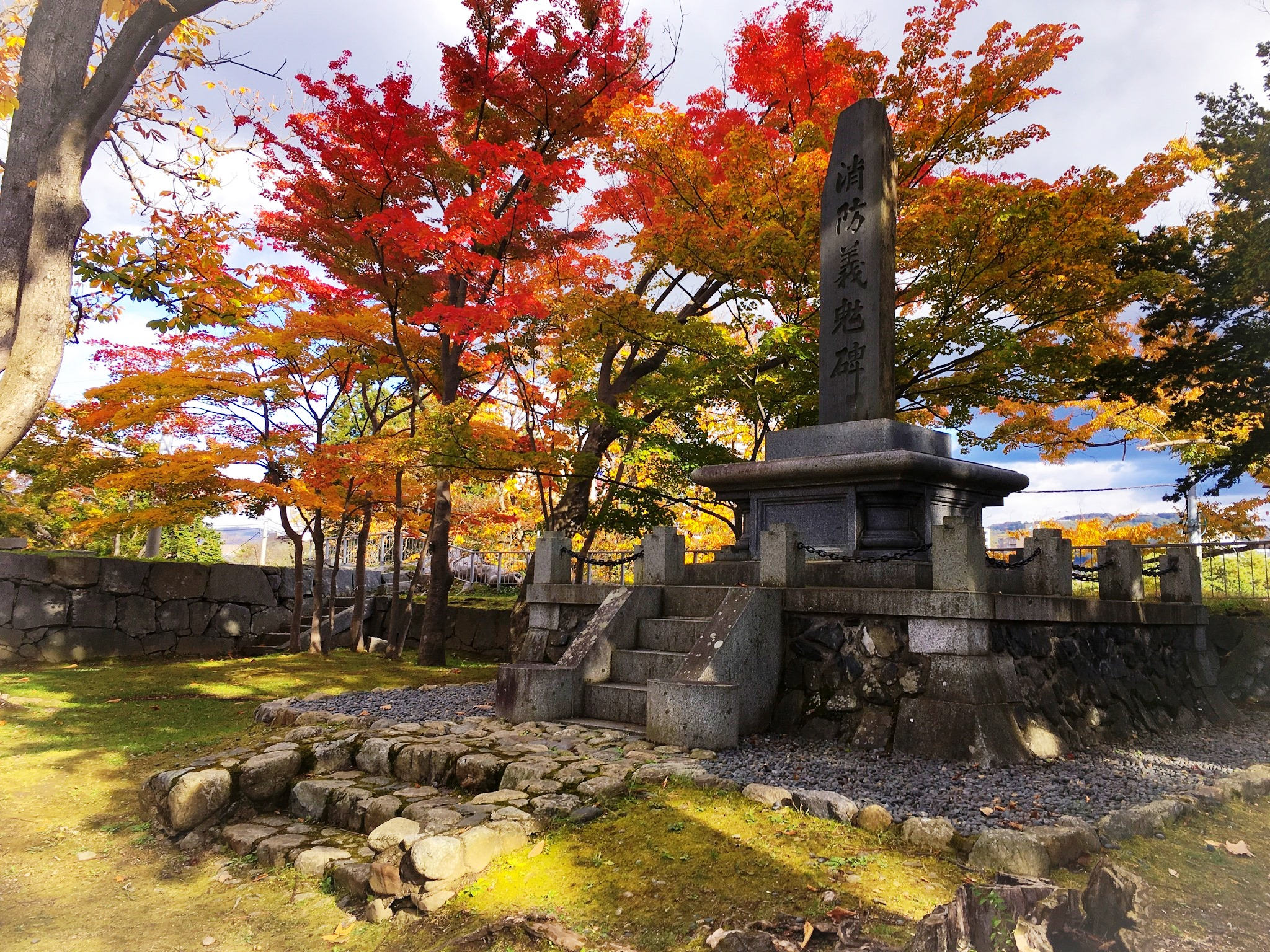 消防義魂碑と紅葉